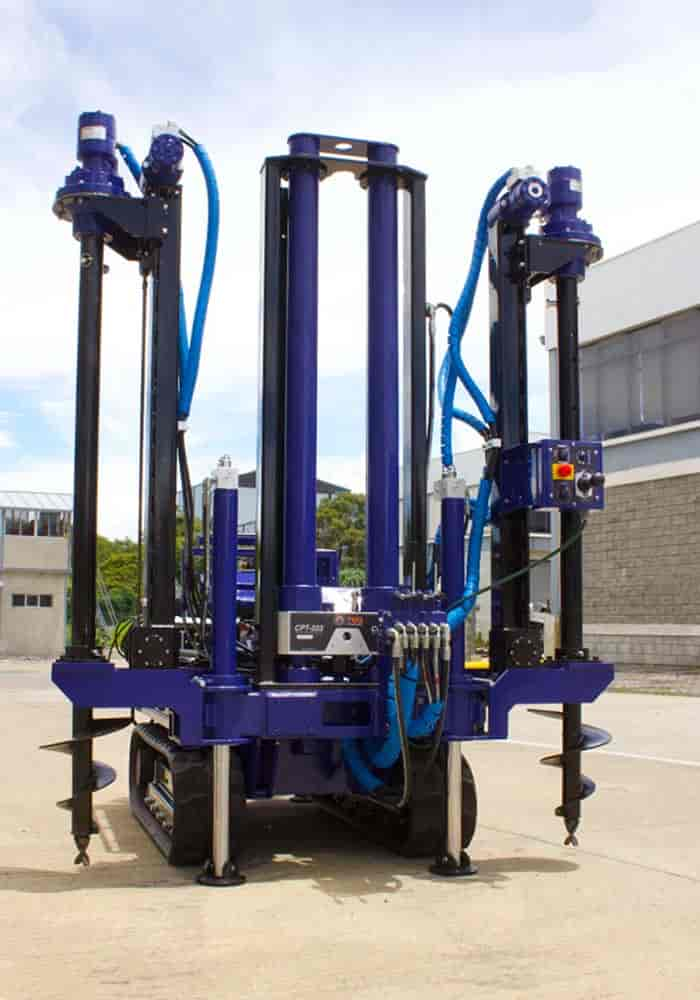 Small drilling rig for soil testing with CPT cone, with expandable auger anchoring system