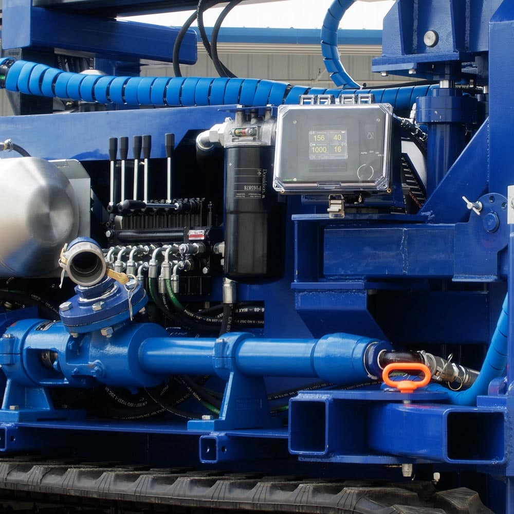 The STR-138 has a built in water and mud pump for wet drilling.